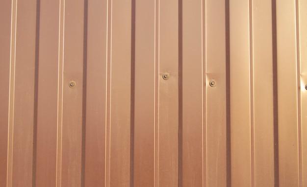Braune metallverkleidung, modernes ausrüstungsmaterial für die herstellung von zäunen und außenwänden