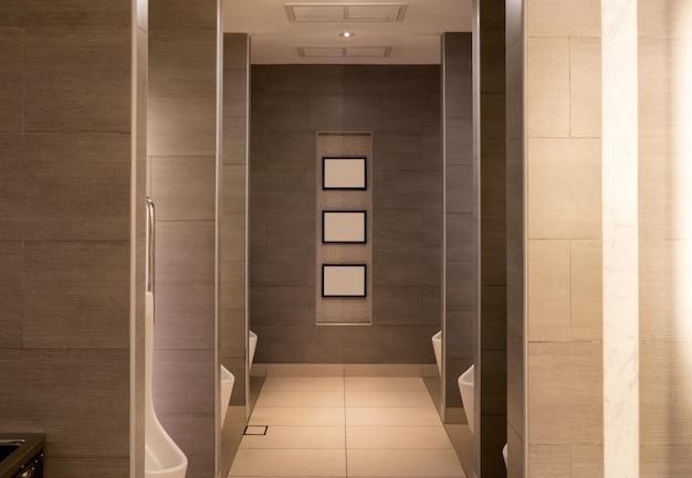 Braune öffentliche luxustoilette mit keramischer toilette der reihen