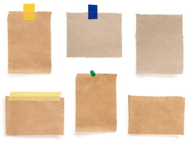 Braune papierstücke lokalisiert auf weißem hintergrund