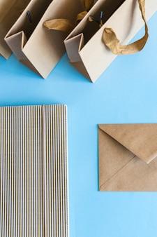 Braune papiertüten und umschlag