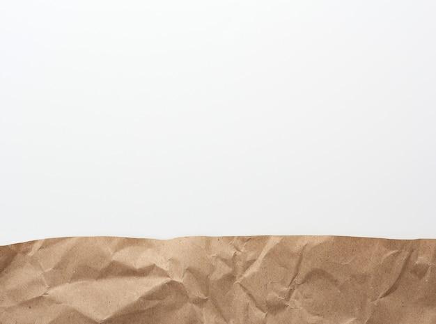 Braune pergamentpapierstücke auf einer weißen, flachen lage