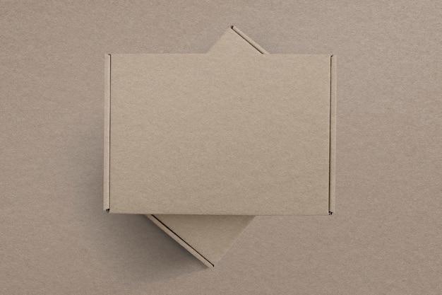 Braune produktverpackung aus kraftpapier mit flachem designraum