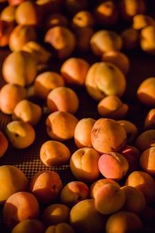 Braune runde früchte auf braunem metallkorb