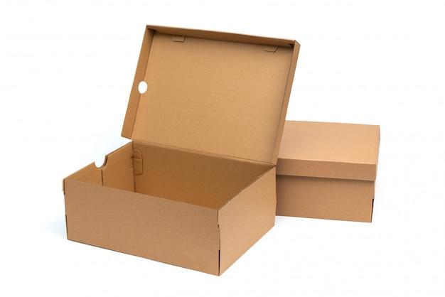 Braune schuhbox aus karton mit deckel für die verpackung von schuh- oder sneaker-produkten