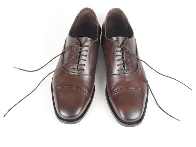 Braune schuhe der klassischen männer auf weißem hintergrund. lederschuhe