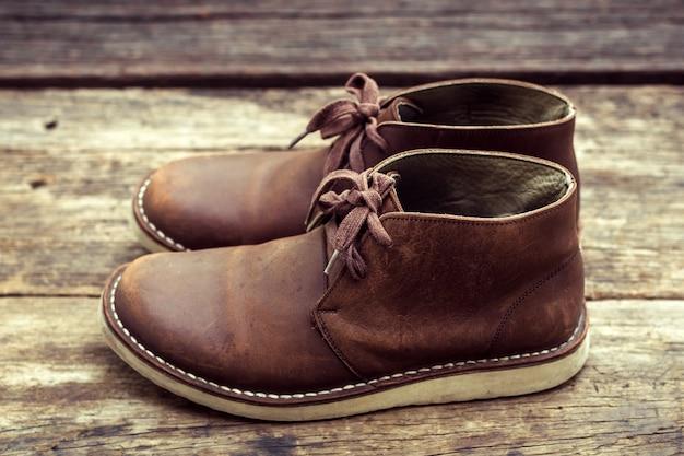 Braune stylische stiefel auf holz