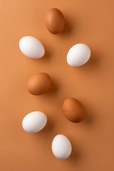 Braune und weiße hühnereier auf beige