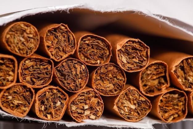 Braune zigaretten in einer packungsnahaufnahme. horizontaler rahmen