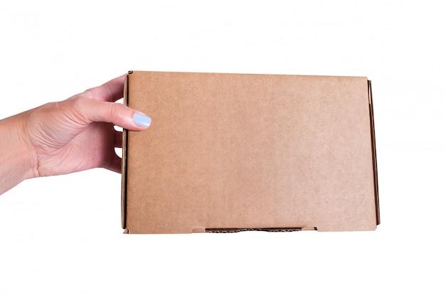 Brauner bastelkarton in frauenhand, isoliert