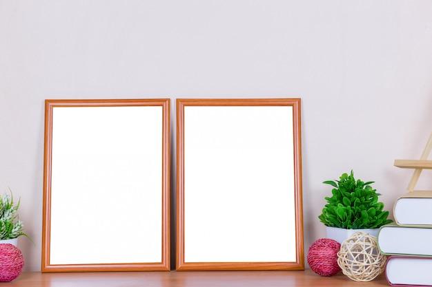 Brauner bilderrahmen auf hölzerner tabelle.