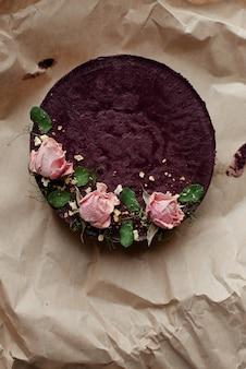 Brauner cupcake mit blumen