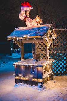 Brauner eimer auf stall mit lichterketten in der nacht
