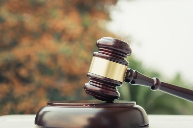 Brauner hölzerner richterhammer auf holztisch. konzept des auktionsangebots-verkaufsurteilshammers oder des anwaltsrichters für die entscheidung im geschäft
