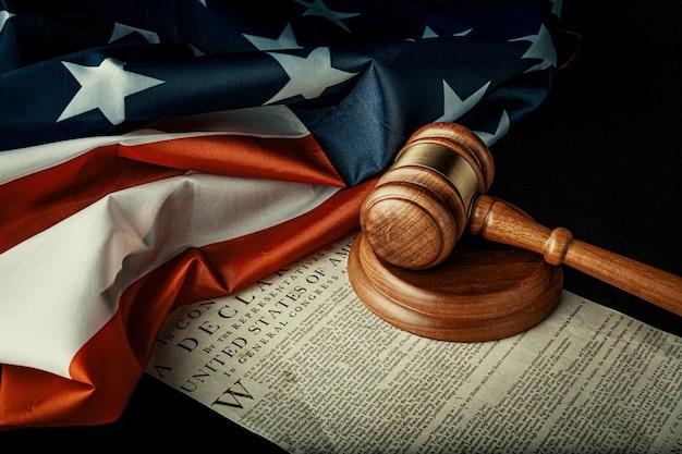 Brauner holzhammer auf amerikanischer unabhängigkeitserklärung