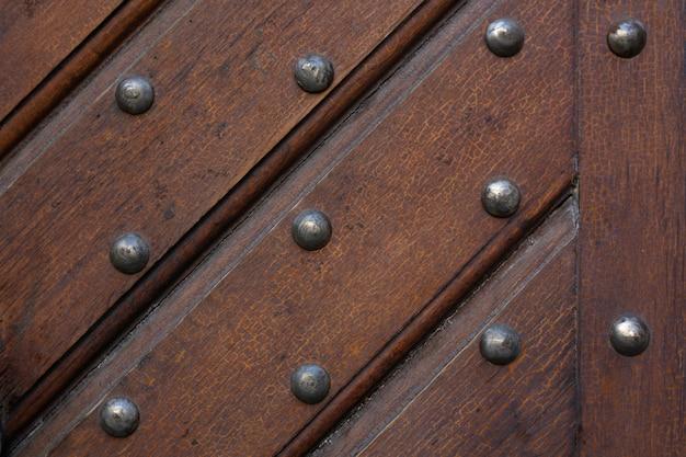 Brauner holzhintergrund aus riemen mit nägeln. nahaufnahmefoto