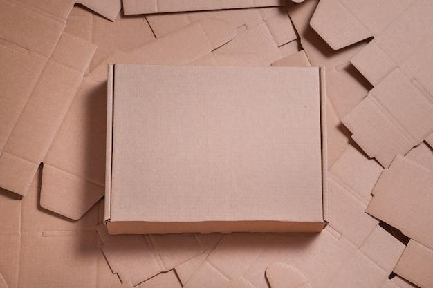 Brauner karton auf ungefalteten pappkartons