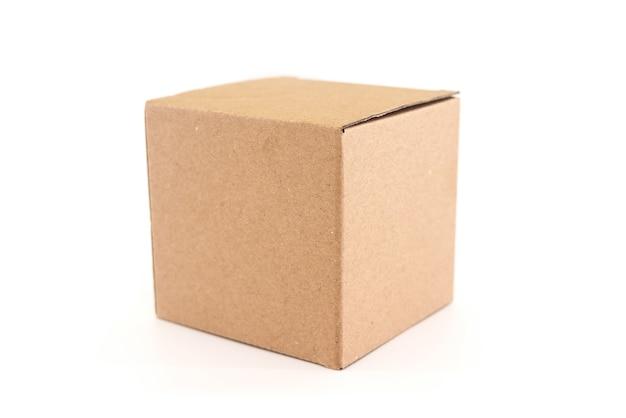 Brauner karton lokalisiert auf weißem hintergrund mit beschneidungspfad. geeignet für lebensmittel-, kosmetik- oder medizinische verpackungen.