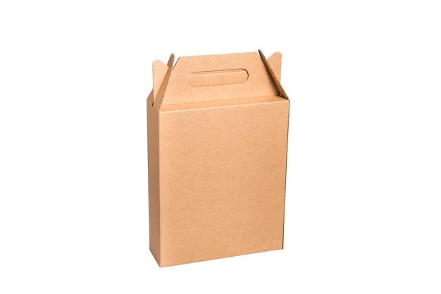 Brauner karton mit griff auf weißem hintergrund