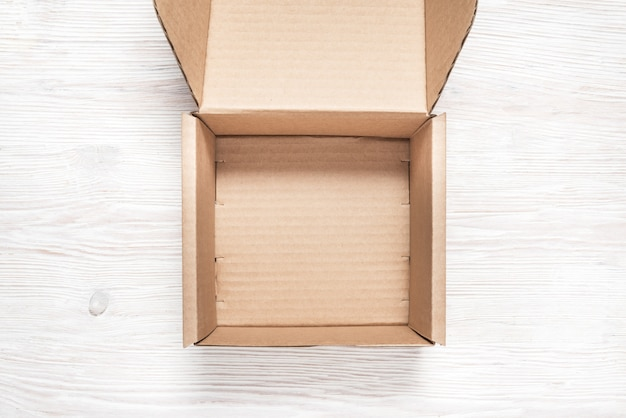 Brauner karton, modell, auf hölzernem hintergrund