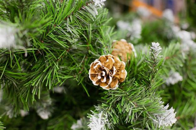 Brauner kegel auf künstlichem weihnachtsbaum