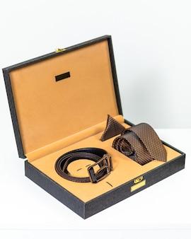 Brauner klassischer gürtel mit krawatte in der box