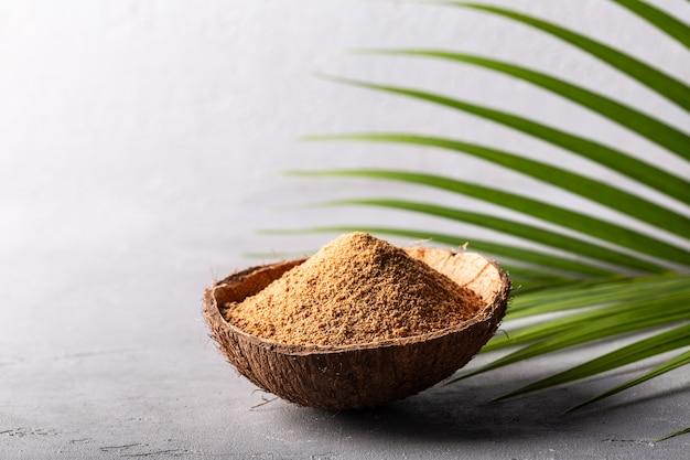 Brauner palmzucker in einer kokosnussschale