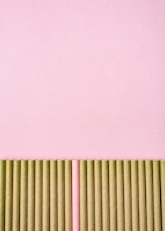 Brauner papierstrohhalme rosa kopierraumhintergrund