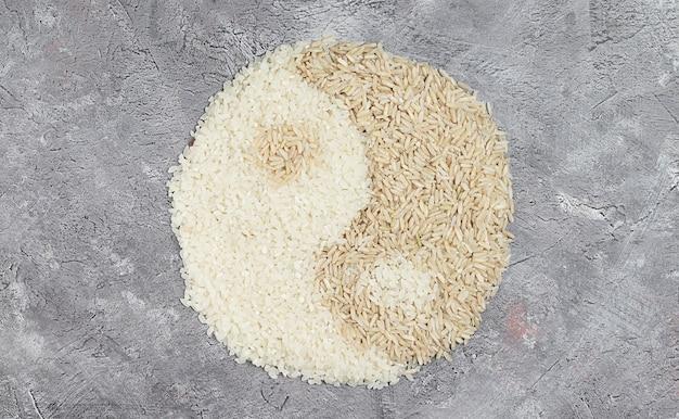 Brauner roher und weißer runder reis in ying-yang-form