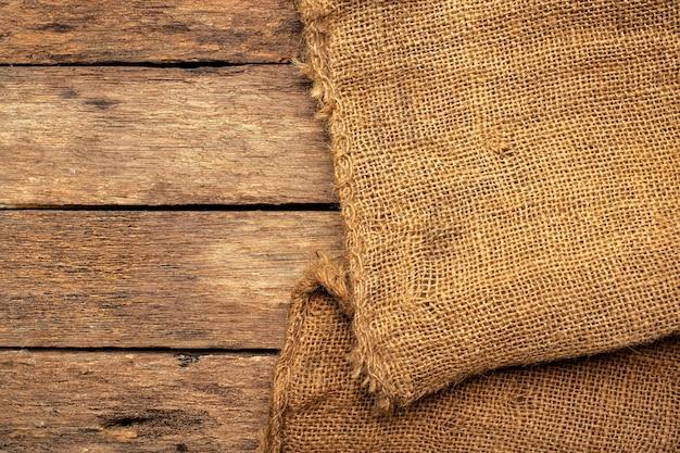 Brauner sack auf brauner holzplatte.