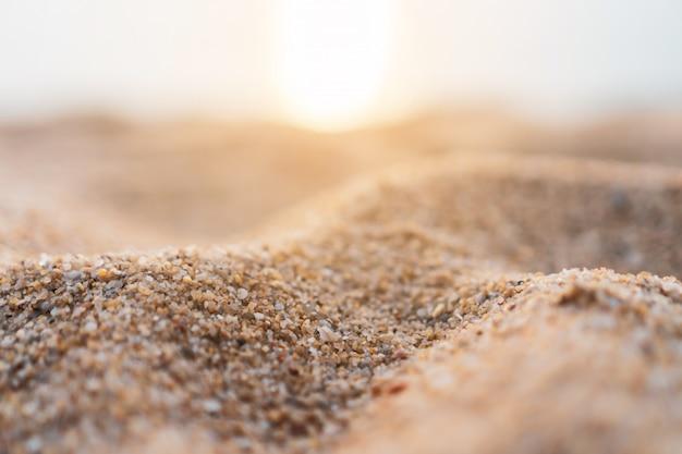 Brauner sandtexturhintergrund vom feinen sand mit natürlicher linienwelle darauf.
