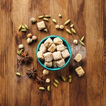 Brauner zucker und gewürze kardamom und anis