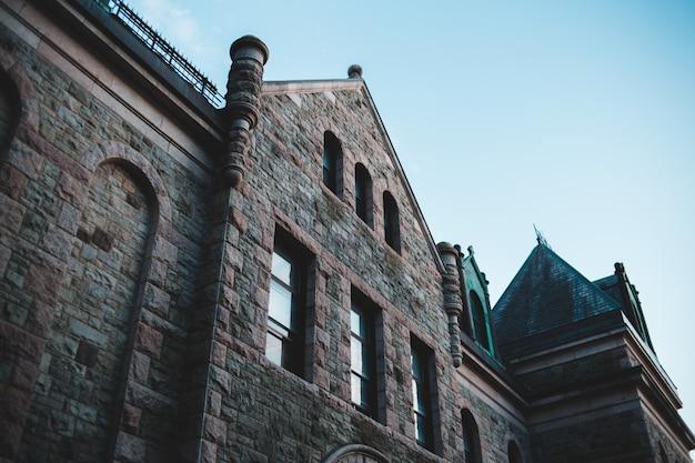 Braunes backsteingebäude unter blauem himmel