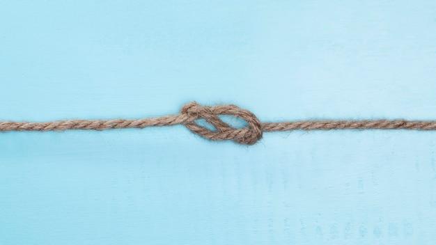 Braunes festes seil mit einem knoten