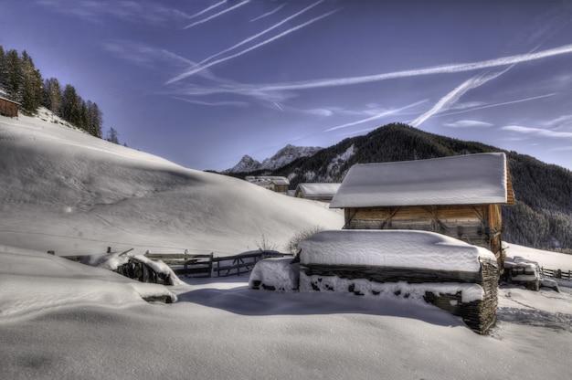 Braunes holzhaus mit schnee bedeckt