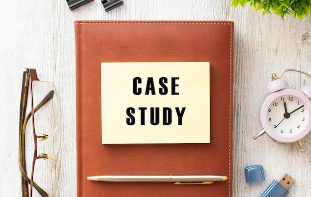 Braunes notizbuch, aufkleber mit der aufschrift case study