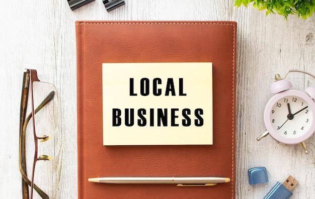 Braunes notizbuch, aufkleber mit der aufschrift local business.