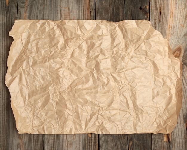 Braunes papier auf einer holzoberfläche von den alten brettern
