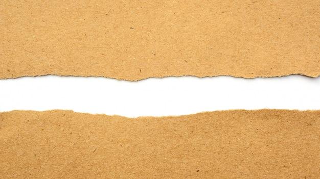 Braunes papier war ein riss auf einem weißen hintergrund.