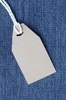 Braunes papieretikett mit hanfseil auf jeans oder jeans gebunden.