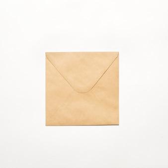 Braunes papierumschlagdokument auf weißer wand