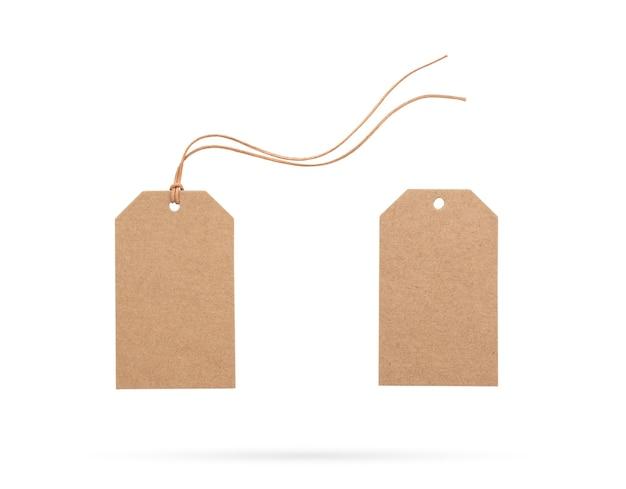 Braunes preisschild mit seil oder etikett mit faden auf isoliertem weißem hintergrund