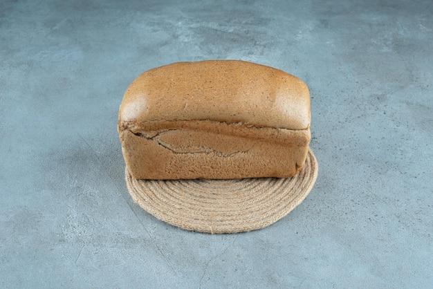 Braunes toastbrot auf marmoroberfläche.