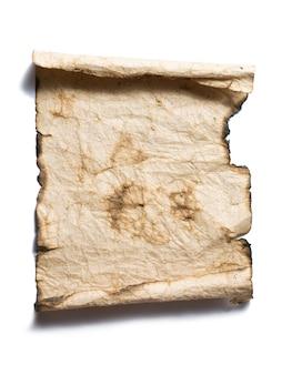 Braunes verbranntes papier auf weißem hintergrund