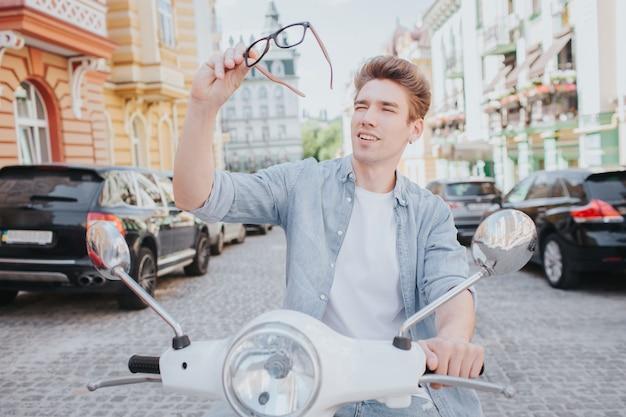 Braunhaariger mann sitzt auf motorrad