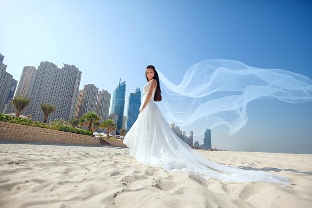 Braut am schönen strandhochzeit sonniger tag