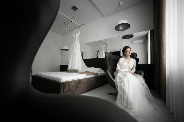 Braut an ihrer hochzeitstagmorgenvorbereitung