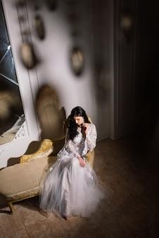 Braut auf dem hintergrund der lichter des neuen jahres, weihnachtsinnenraum