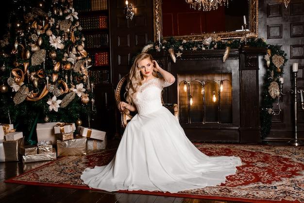 Braut auf dem hintergrund der neujahrslichter, weihnachtsinnenraum