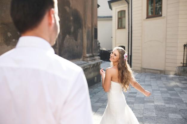 Braut aus der perspektive der schulter des bräutigams angesehen