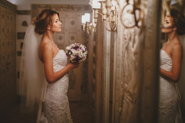 Braut blick in den spiegel